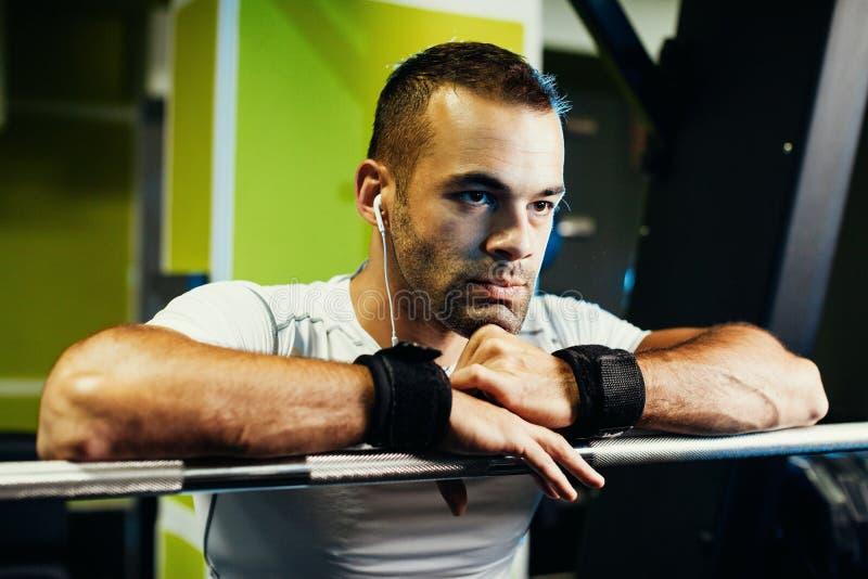 Bodybuilder που συγκεντρώνεται όμορφο στη γυμναστική στοκ φωτογραφίες με δικαίωμα ελεύθερης χρήσης