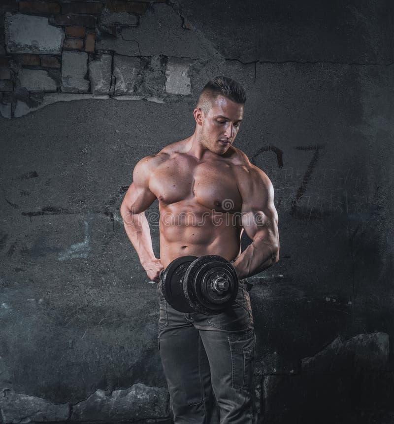 Bodybuilder στον τοίχο grunge στοκ φωτογραφία με δικαίωμα ελεύθερης χρήσης