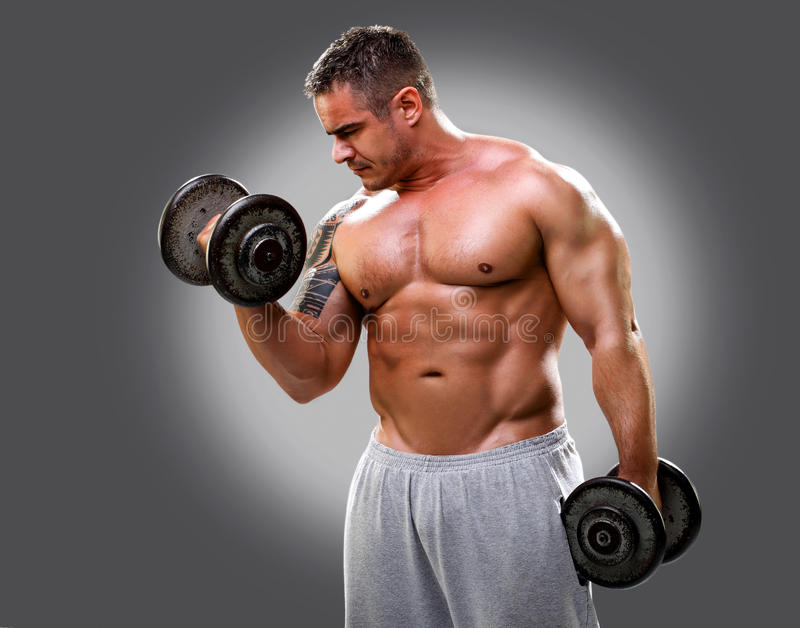 Bodybuilder anhebende Dumbbells, Nahaufnahme 2 lizenzfreies stockfoto