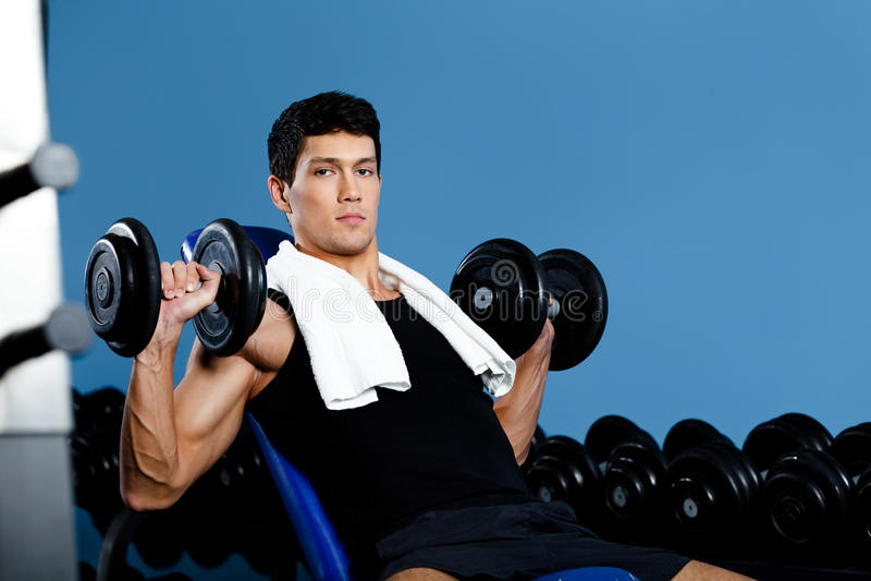 Bodybuilder arbeitet mit Gewichten aus stockfotos