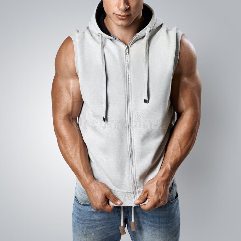 Bodybuilder beau utilisant le hoodie sans manche gris photos stock