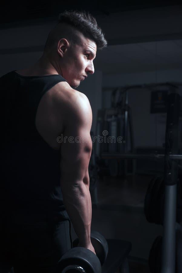 Bodybuilder bij gymnastiek stock foto's