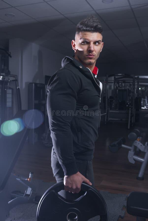 Bodybuilder chwyta dumbbell obrazy stock
