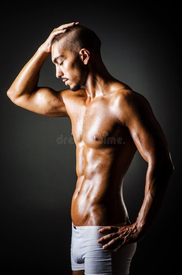 Bodybuilder con la carrocería muscular fotos de archivo