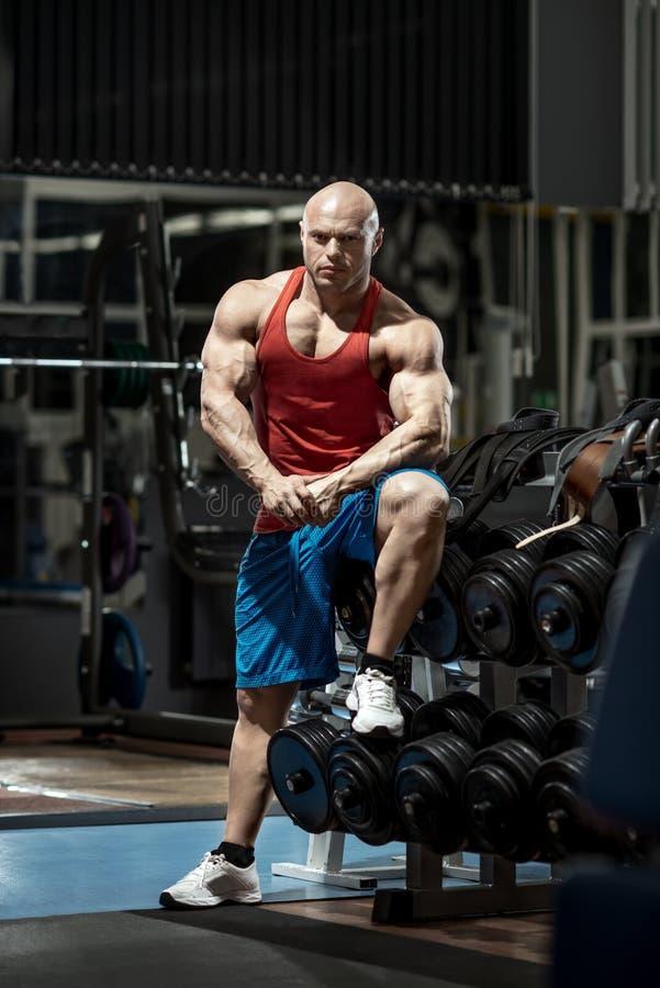 Bodybuilder d'homme dans le gymnase photographie stock