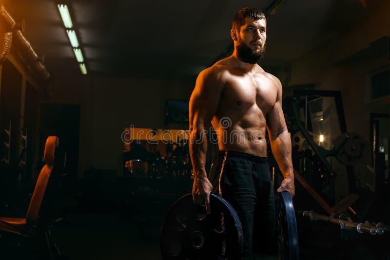 Bodybuilder dans le gymnase exerçant le barbell image libre de droits