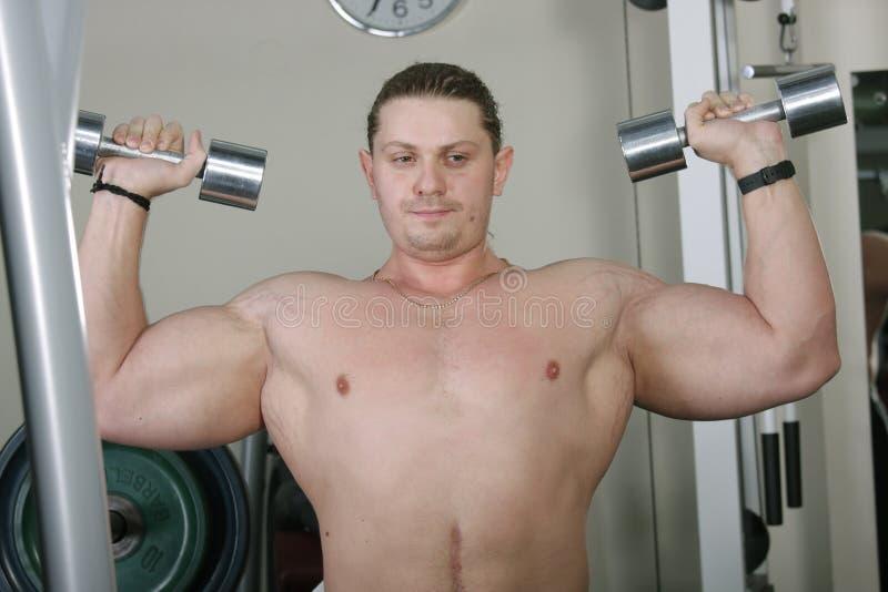 Bodybuilder dans les pensées photographie stock