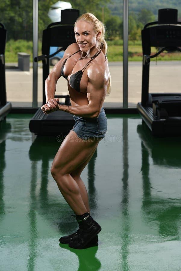 Bodybuilder de femme exécutant la pose latérale de coffre image stock