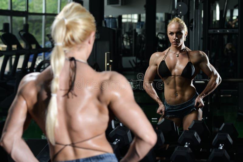 Bodybuilder de femme fléchissant des muscles photo libre de droits
