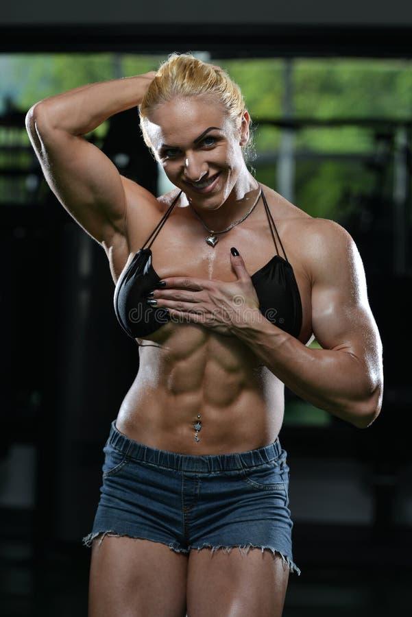 Bodybuilder de femme montrant l'ABS photo libre de droits