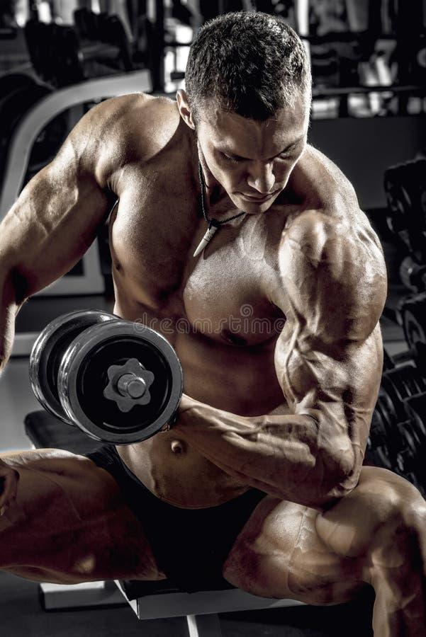 Bodybuilder de type avec l'haltère image libre de droits