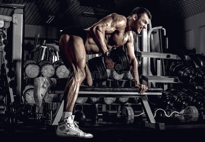 Bodybuilder de type avec l'haltère images libres de droits