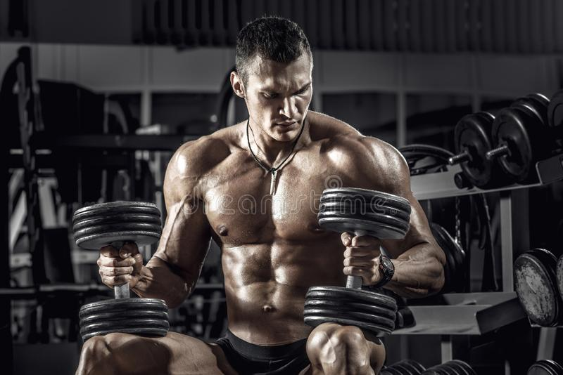 Bodybuilder de type avec l'haltère image stock