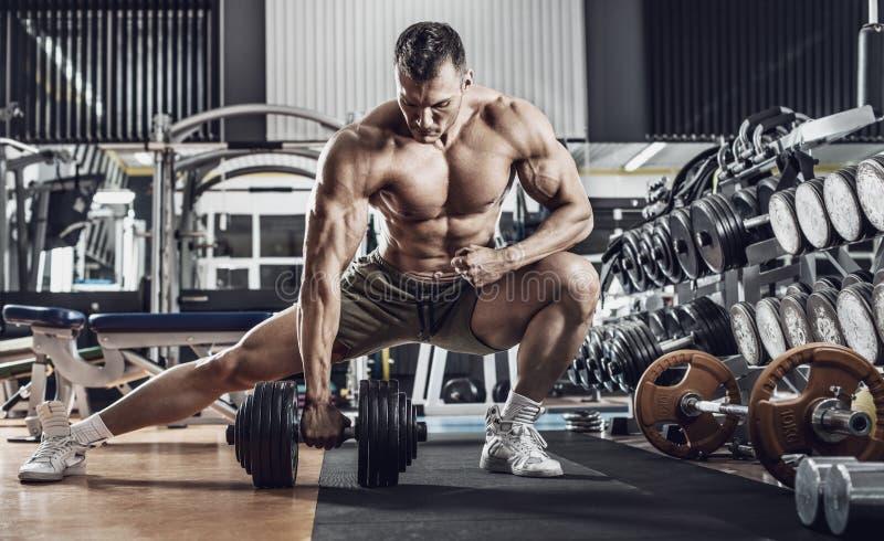 Bodybuilder de type avec l'halt?re photos stock