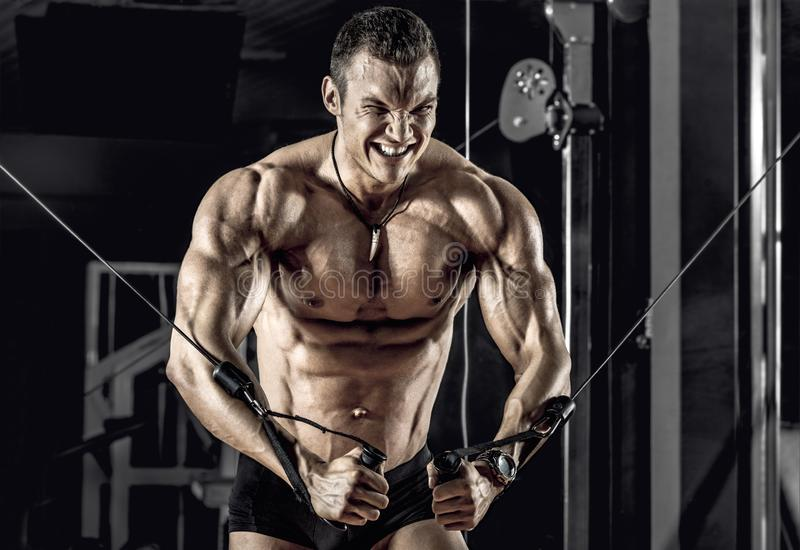 Bodybuilder de type avec le barbell images stock
