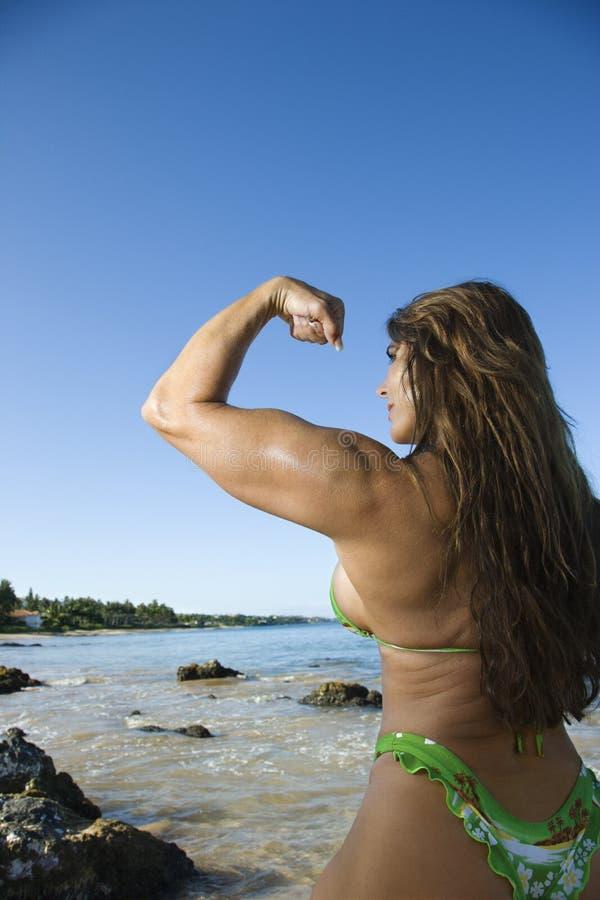Bodybuilder della donna alla spiaggia. fotografie stock libere da diritti