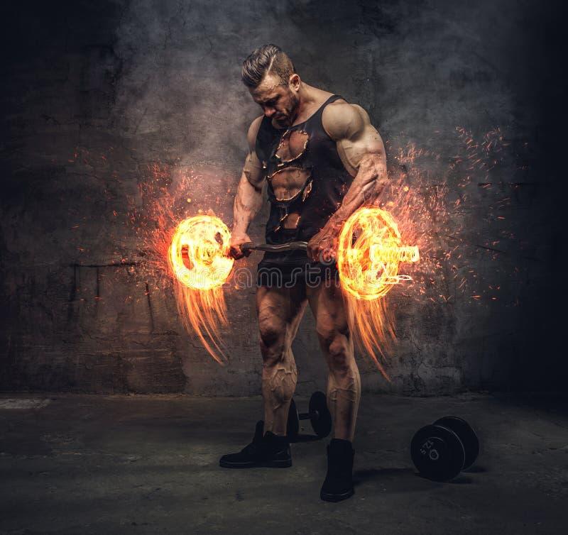 Bodybuilder, der brennenden Barbell hält lizenzfreie stockfotos