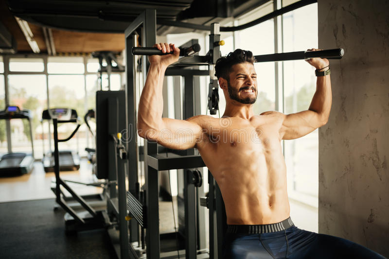 Bodybuilder, der in der Turnhalle ausarbeitet lizenzfreie stockfotografie