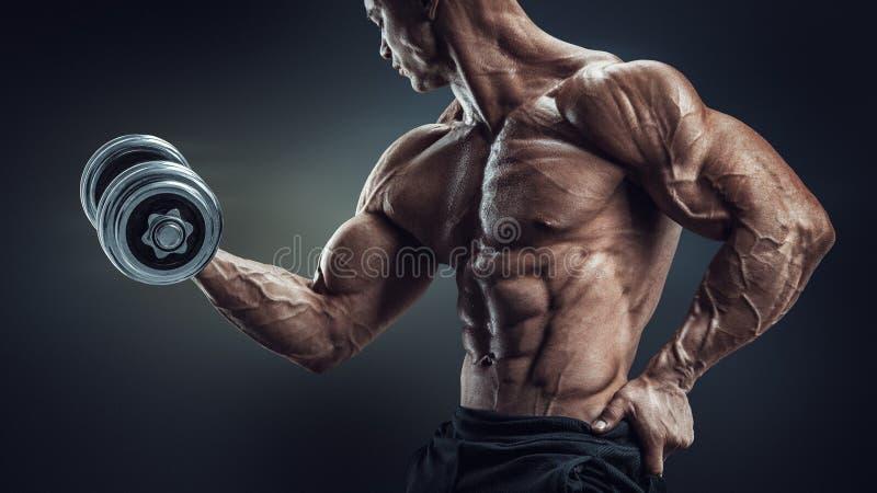 Bodybuilder, der Dummkopflocke tut stockfoto