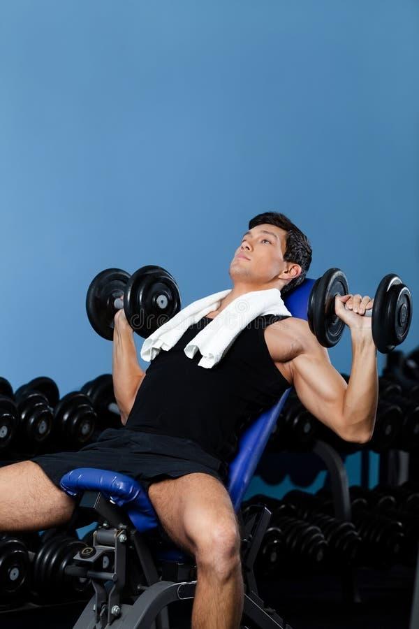 Bodybuilder, der mit Gewichten ausarbeitet stockbild