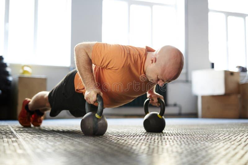 Bodybuilder, der Planken-Übung tut lizenzfreies stockfoto
