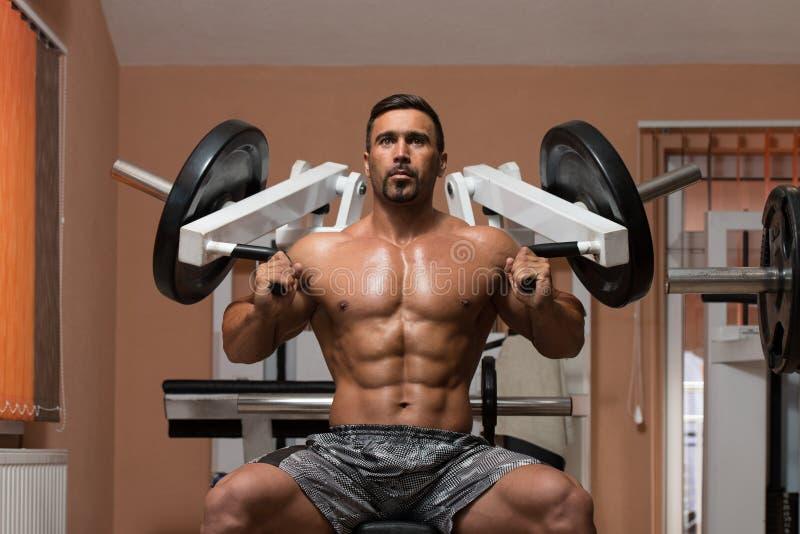 Bodybuilder, der Schultern ausübt lizenzfreie stockbilder