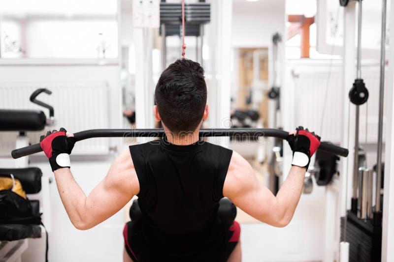 Bodybuilder, der Schwergewichts- Übung für Rückseite tut lizenzfreies stockbild