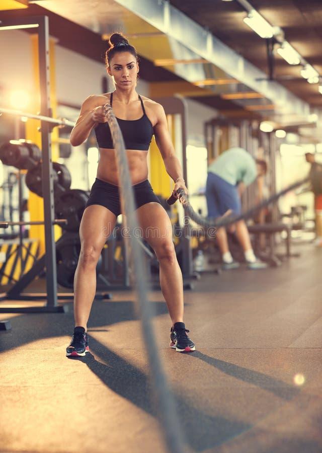 Bodybuilder in der Turnhalle mit Seilpraxis stockfotografie