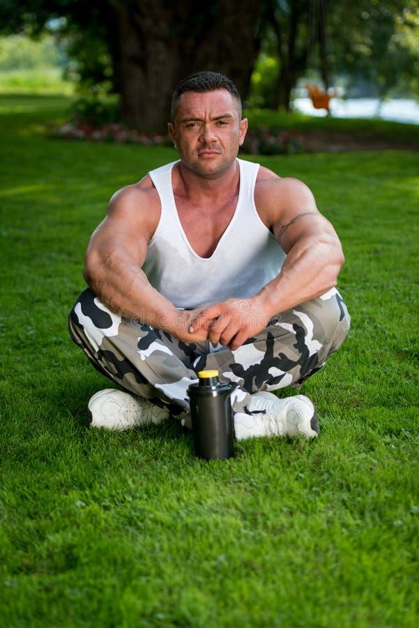 Bodybuilder die in Aard rusten royalty-vrije stock fotografie