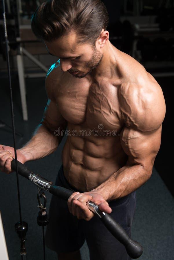 Bodybuilder die Bicepsen uitoefenen royalty-vrije stock afbeelding