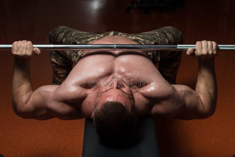Bodybuilder die Borst met Barbell uitoefenen stock foto