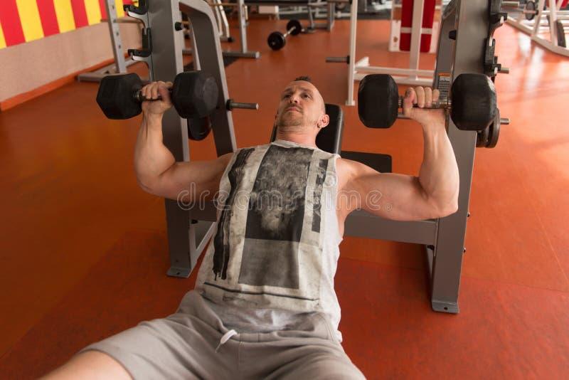 Bodybuilder die Borst met Domoren uitoefenen royalty-vrije stock foto's