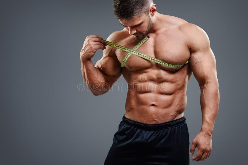 Bodybuilder die borst met meetlint meten royalty-vrije stock foto