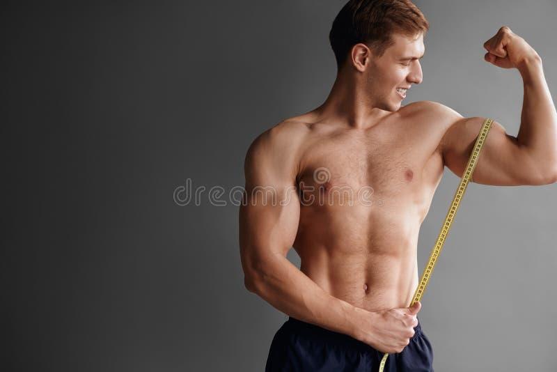 Bodybuilder die spier meten royalty-vrije stock afbeelding