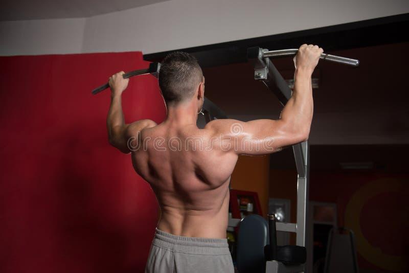 Bodybuilder die Trekkrachtups het best Achteroefeningen doen royalty-vrije stock afbeelding