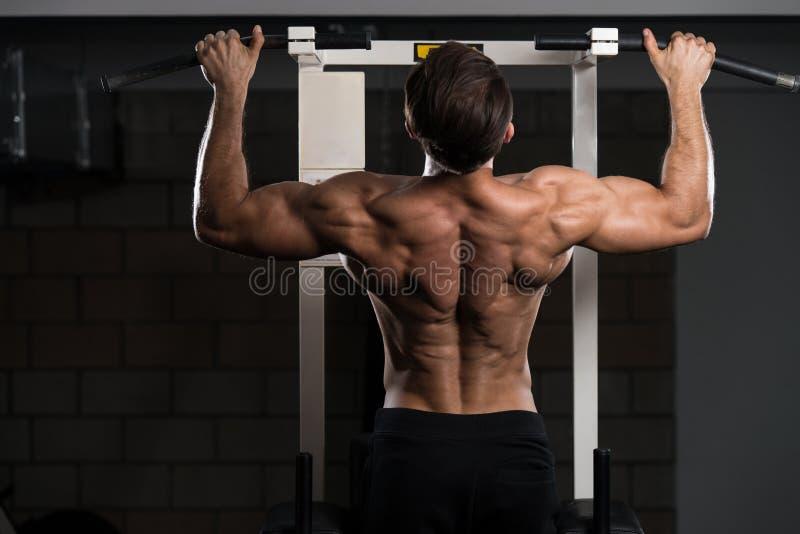 Bodybuilder die Trekkrachtups het best Achteroefeningen doen royalty-vrije stock fotografie