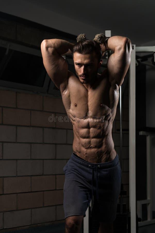 Bodybuilder die triceps uitoefenen royalty-vrije stock foto's