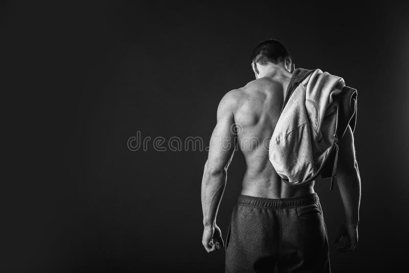 Bodybuilder die zijn pers tonen stock foto
