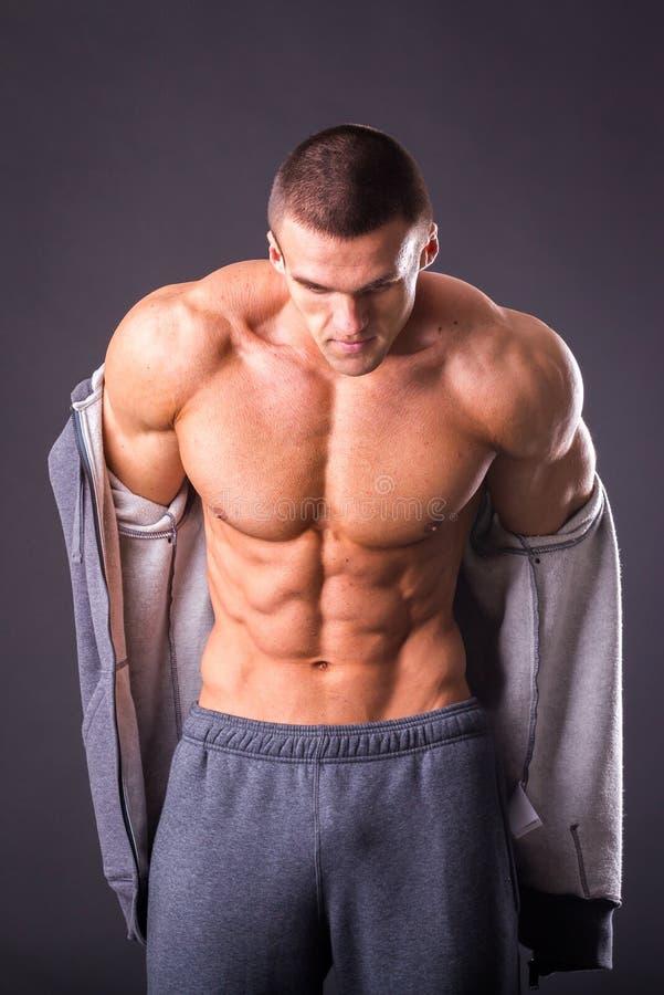Bodybuilder die zijn pers tonen royalty-vrije stock foto