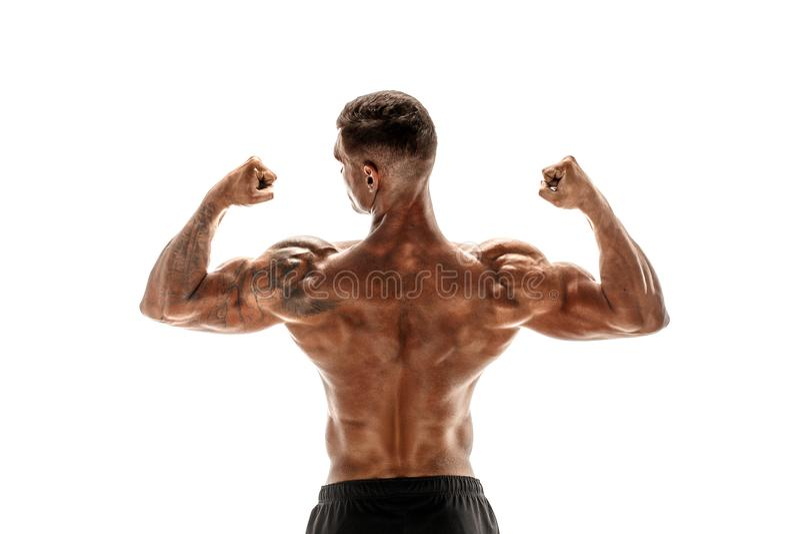 Bodybuilder die zijn die rug en bicepsenspieren tonen op een witte achtergrond, persoonlijke geschiktheidstrainer worden geïsolee royalty-vrije stock fotografie
