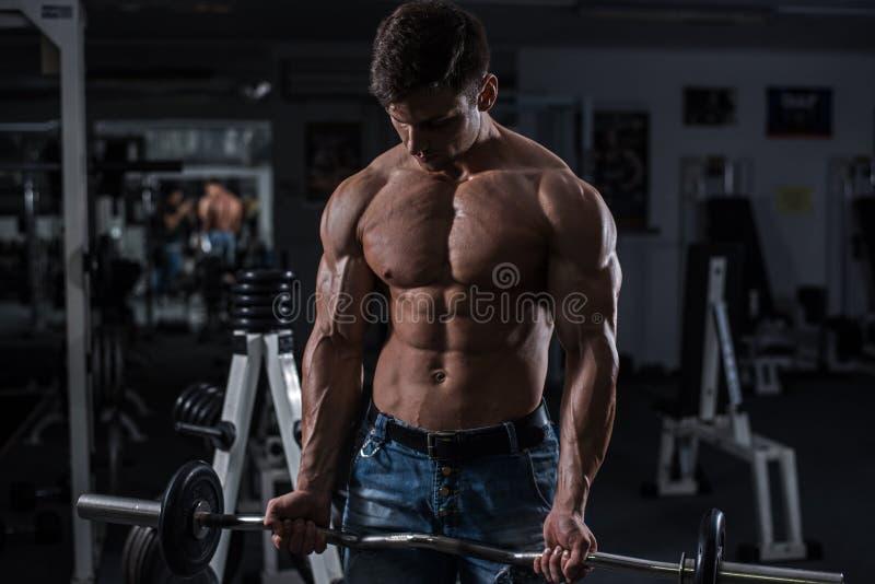 Bodybuilder en gymnastique photo libre de droits