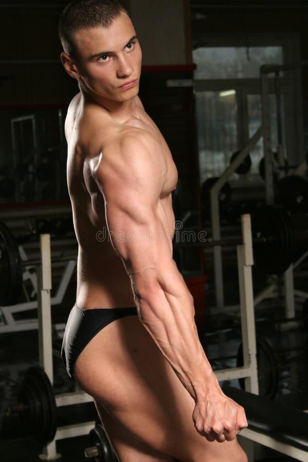 bodybuilder en la gimnasia foto de archivo libre de regalías