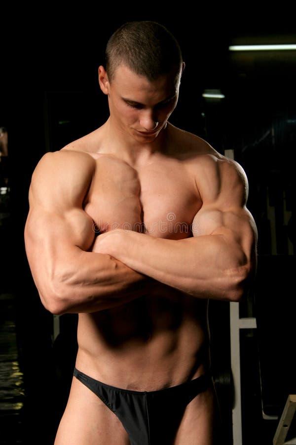 bodybuilder en la gimnasia fotos de archivo libres de regalías