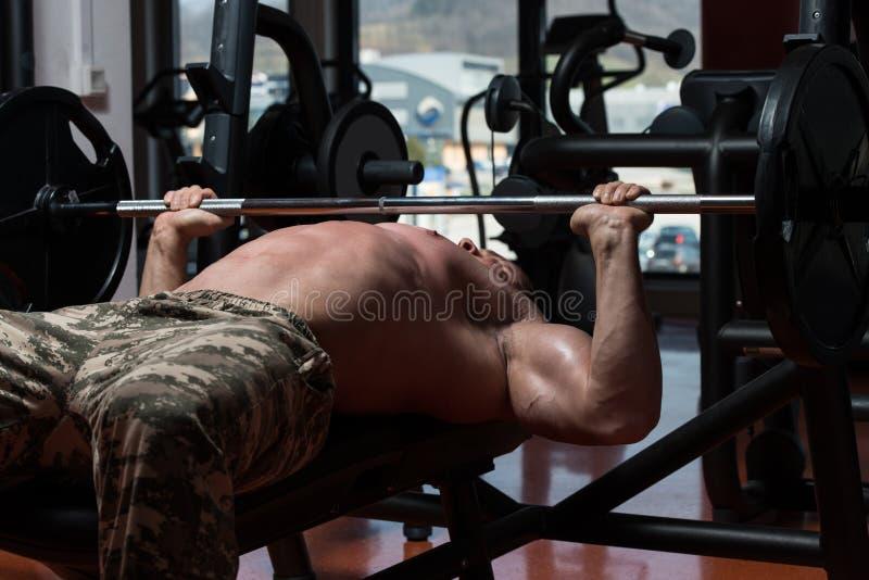 Bodybuilder exerçant le coffre avec le Barbell images stock