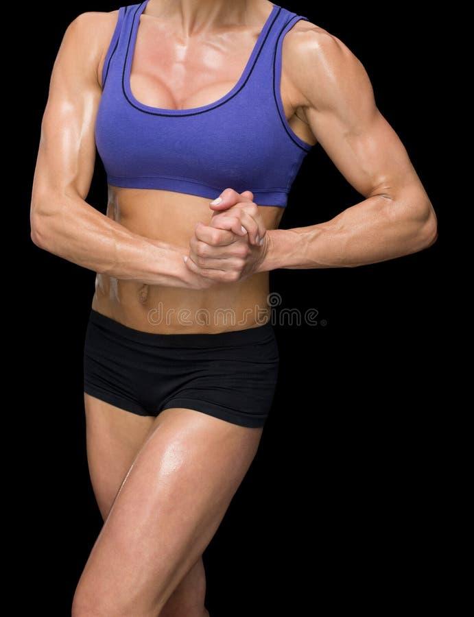 Bodybuilder féminin posant avec des mains ensemble photographie stock
