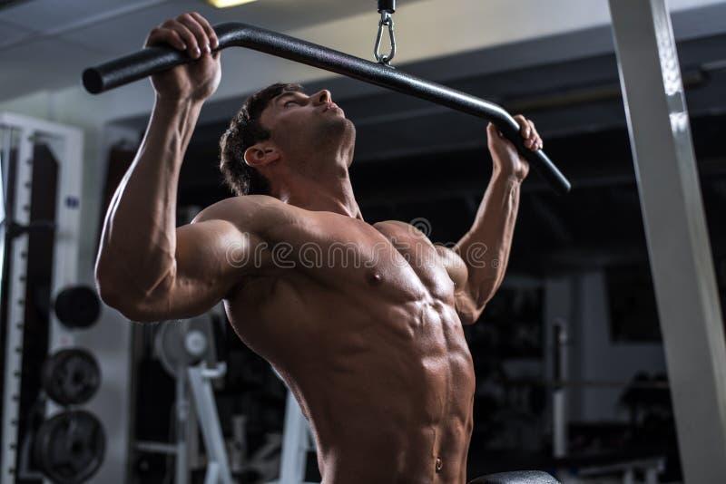 Bodybuilder in ginnastica immagine stock libera da diritti