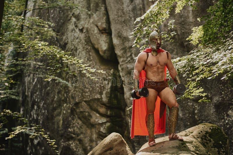 Bodybuilder gladiator στο outfi στοκ εικόνα