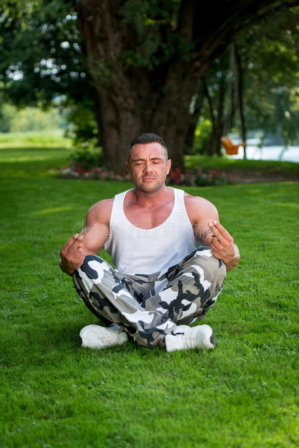 Bodybuilder het Mediteren royalty-vrije stock fotografie