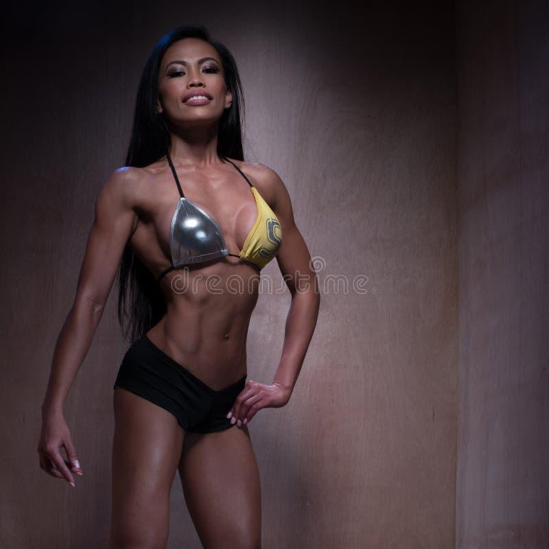 Bodybuilder kobieta Pozuje w Seksownym sprawność fizyczna bikini obrazy stock