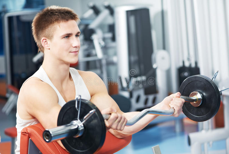 Bodybuilder mężczyzna treningu bicepsów mięśnia ćwiczenia zdjęcie royalty free